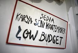 """Sedia Karya Seni Kontemporer: """"Maaf Sold Out!"""" - Detail 2"""