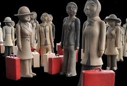 Perempuan Pekerja dan Koper Merah